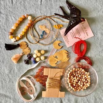 La marque de bijoux les 59 lubies vous propose des tee shirt et des coussins personnalisés sur commande et peut réaliser aussi sur commande des cadres porte bijoux