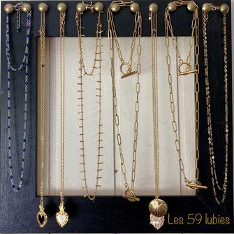 Superposition de 3 colliers comprenant une chaîne rosaire en lapis lazuli, une médaille ovale émaillée bleu marine sur une  chaîne dorée à l'or fin, et d'un sequin estampe dorée à l'or fin sur une chaîne dorée à l'or fin