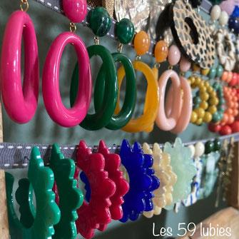Boucles d'oreilles pour oreilles percées ou non pour femmes assemblées avec des perles et cabochons bicolores en résine avec des tiges en laiton doré