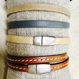La marque de bijoux les 59 lubies propose une gamme de bracelets pour les hommes et garçons : des bracelets en cuir sur commande, des perles de bois mixés aux perles de gemme aux différentes vertes sur élastique, des motifs d'accastillage et céramique sur