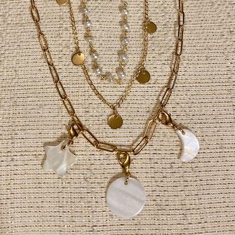 3 colliers à mixer superposés comprenant un collier à grosses mailles rectangle avec charmes en nacre, un collier à pampilles doré à l'or fin, et d'un collier en perles d'eau douce