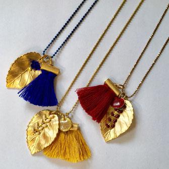 Sautoirs pour femme constitués d'une feuille dorée mat et d'un pompon fait mains