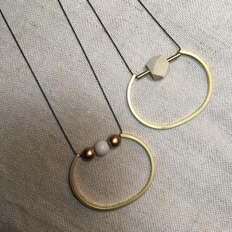 Sautoir composé de perles de bois naturel & jonc en laiton sur chaîne à billes en laiton bronze