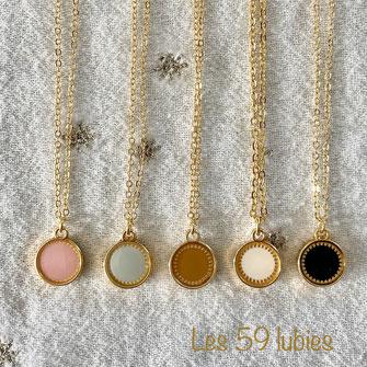 Trois colliers superposés composés de sequin étoile et lune en nacre, et de petites perles d'eau douce