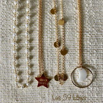 Perles d'eau douce montées en chaîne, breloque lune en nacre et anneau en gold filled, chaîne avec petites pampilles dorées à l'or fin, et pendentif palme dorée à l'or fin suspendu sur chaîne forçat.