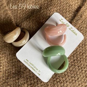 Créoles larges demi-lunes effet marbré en acrylique proposées en 3 couleurs pastels rose clair, sable ou vert clair