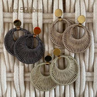 Créoles pour femmes composées de pastilles en céramique noire, nude ou tomette avec perles facettées et perles hématite