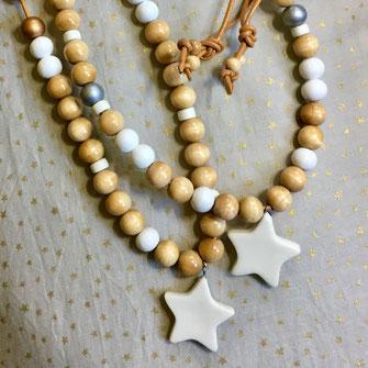 sautoir sur lien cuir, composé de petites perles de bois naturel, perles en céramique et bois blanc avec une étoile en porcelaine en pendentif