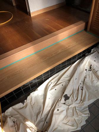 リフォーム框、敷台表面研磨塗装中の画像
