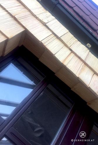 Fenstereinfassung mit Holzschindeln ausgekleidet