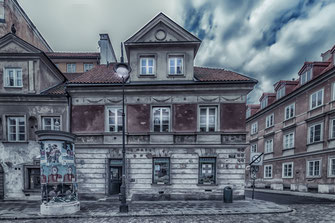Alte Apotheke in Warschau. Davor eine Litfass-Säule