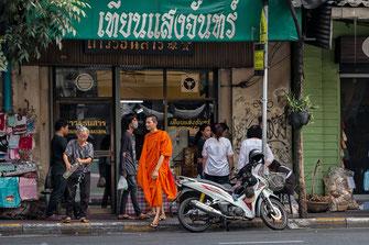 Bangkok-Street-Szene mit Mönch im indischen Viertel-Little India © Jutta M. Jenning