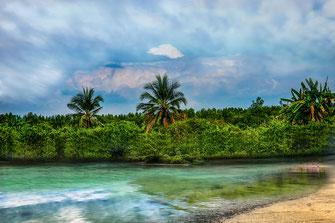 Palmen und türkises Meer auf Ko Lanta in Thailand