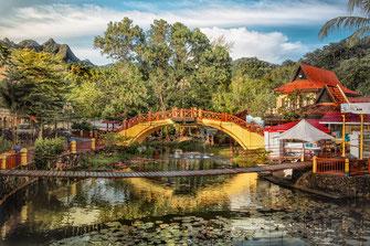 Teich mit Brücke im Oriental Village auf Langkawi © Jutta M. Jenning