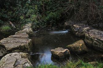 Wasser und Steine am Wehr © Jutta M. Jenning ♦ mjpics.de