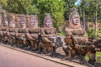 tempelwaechter-figuren-vor-angkor-thom-kambodscha