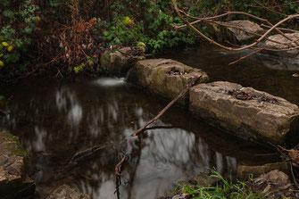Steine im Wasser am Wehr ♦  © Jutta M. Jenning ♦ mjpics.de