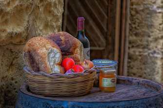 Brotkorb, Wein und Honig auf Weinfass-Malta