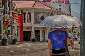 Frau mit Sonnenschirm in Georgetown-Malaysia  -Insel Penang- Foto mjpics.de