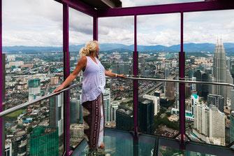 Blonde Frau blickt vom KL Tower in Kuala Lumpur