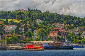 Boote liegen vor der Prinzeninsel Büyükada Istanbul