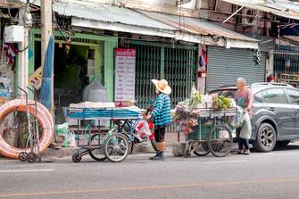 haendler-mit-gemuese-wagen-bangkok