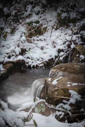 Wasserstein im Winter mit Schnee
