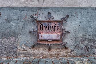 Historischer Briefkasten in der Altstadt von Bacharach