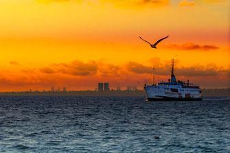 Schifffahrt auf dem Bosporus bei Sonnenuntergang