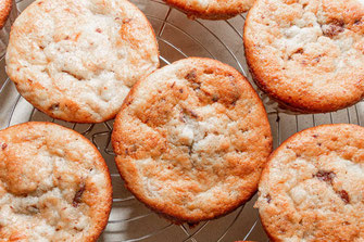 Bananen-Schoko-Muffins auf Kuchenrost