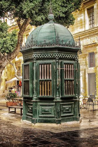 Grünes Turmhäuschen in der Altstadt von Valletta hochkant
