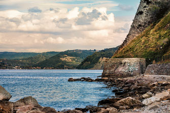 Felsige Bucht in Piran unterhalb der Festungsmauer