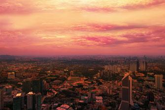 Kuala Lumpur mit seinen Hochhäusern von oben bei Sonnenuntergang