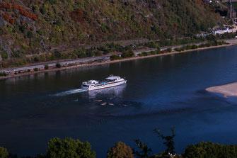Ausflugsschiff auf dem Rhein bei Bacharach
