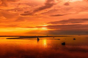 Thailand-Orangefarbener Sonnenuntergang am Meer