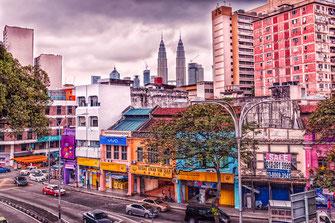 Innenstadt Kuala Lumpur mit Straßenverkehr und Twin-Towers im Hintergrund
