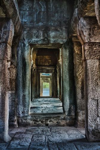 gang-in-antikem-tempel-angkor-wat-hochkant