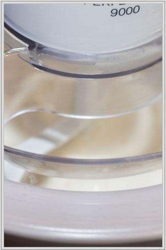 Frozen Joghurt Mischung in der Eismaschine