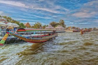Boote auf dem Chao Phraya  in Bangkok