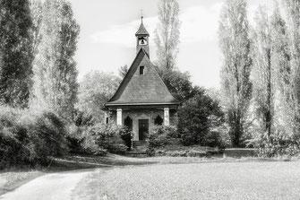 Kleine-Kapelle-im-Park-monochrome