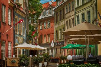 Die Altstadt in Riga mit Restaurants und Cafés