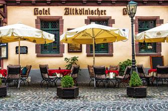Gemütlicher Sitzbereich vor einem Hotel-Restaurant in Bacharach am Rhein