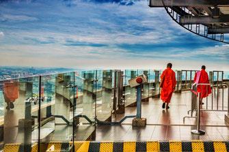 Mönche auf dem KL Tower-Besucherterrasse