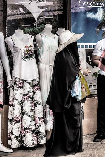 Frau in Burka beim shopping auf Langkawi Island