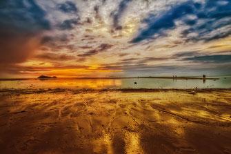 Goldener Sonnenuntergang am Hin Kong Beach auf Koh Phangan