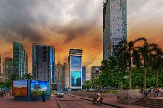 Strasse vor dem Kuala Lumpur City Center ( KLCC ) direkt an den Petronas Twin Towers