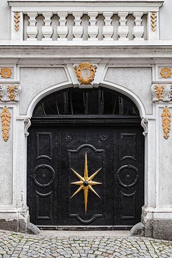 Schwarzes Eingangstor in Görlitz © Jutta M. Jenning ♦ www.mjpics.de