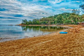 Koh Ma Beach mit Palmen und Boot auf Koh Phangan