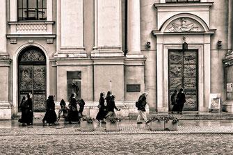 Nonnen an der Heilig Kreuz Kirche in Warschau © Jutta M.Jenning