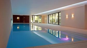 SPA, Schwimmbad, Sauna, Dampfbad, Pool, Überlaufrinne, Finnische Rinne,  Bauhausstil, moderne Architektur, Köln, Traumhaus,